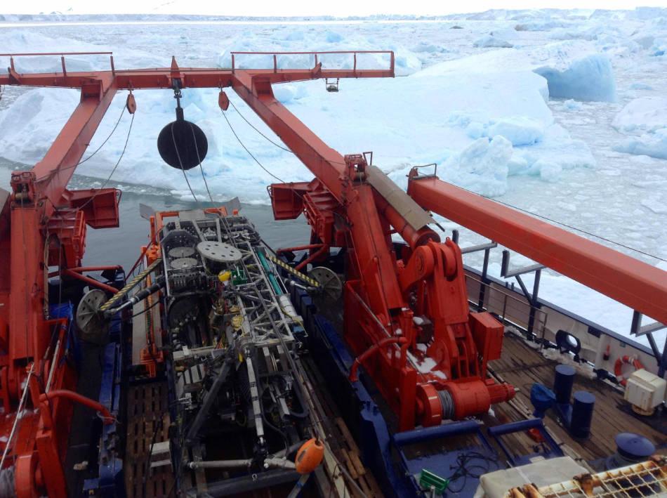 Das Meeresboden-Bohrgerät MARUM-MeBo70 während Stationsarbeiten direkt vor der Schelfeiskante des Pine Island Gletschers. Es zog die Probe, und ermöglichte so den spannenden Blick zurück in die Kreidezeit. (Bild: Karsten Gohl Klein, Alfred-Wegener-Institut)