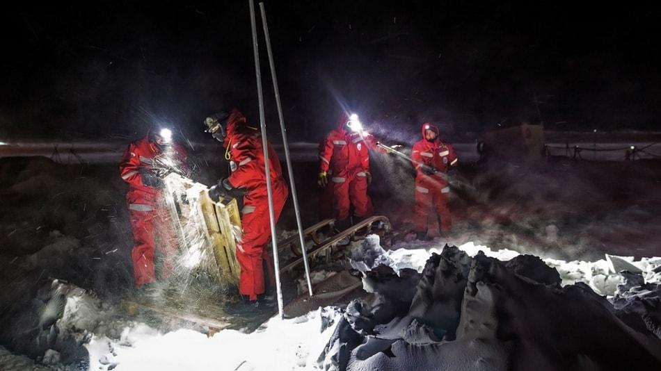 c Stefan Hendricks/AWI  MOSAiC-Wissenschaftler bei Aufräumarbeiten nach dem Sturm am 17. November